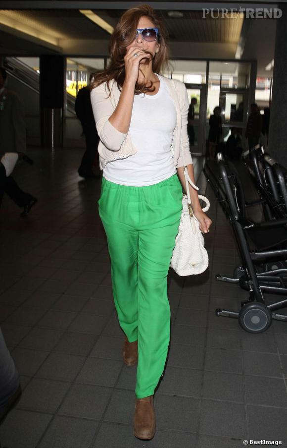 Eva Mendes n'est pas passée inaperçue à l'aéroport de Los Angeles. Son pantalon vert attirait tous les regards !