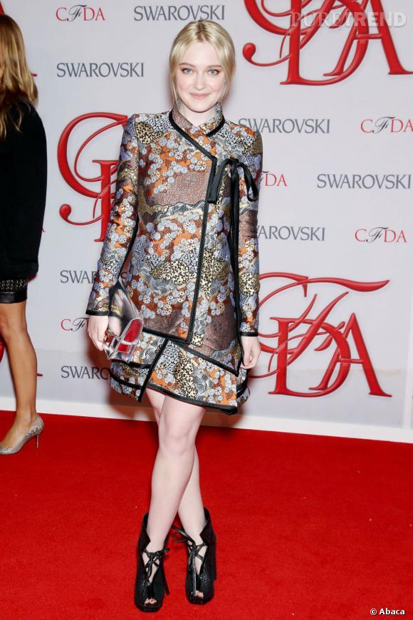 Dakota Fanning pose dans une tenue 100% Proenza Schouler
