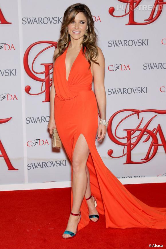 Sophia Bush apporte un peu de vitamine à la soirée dans une robe David Meister Signature