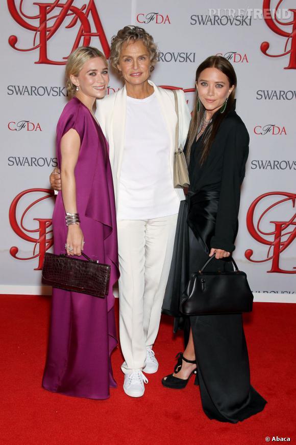 Mary Kate et Ashley Olsen, habillées de leur marque The Row, sont accompagnées par Lauren Hutton