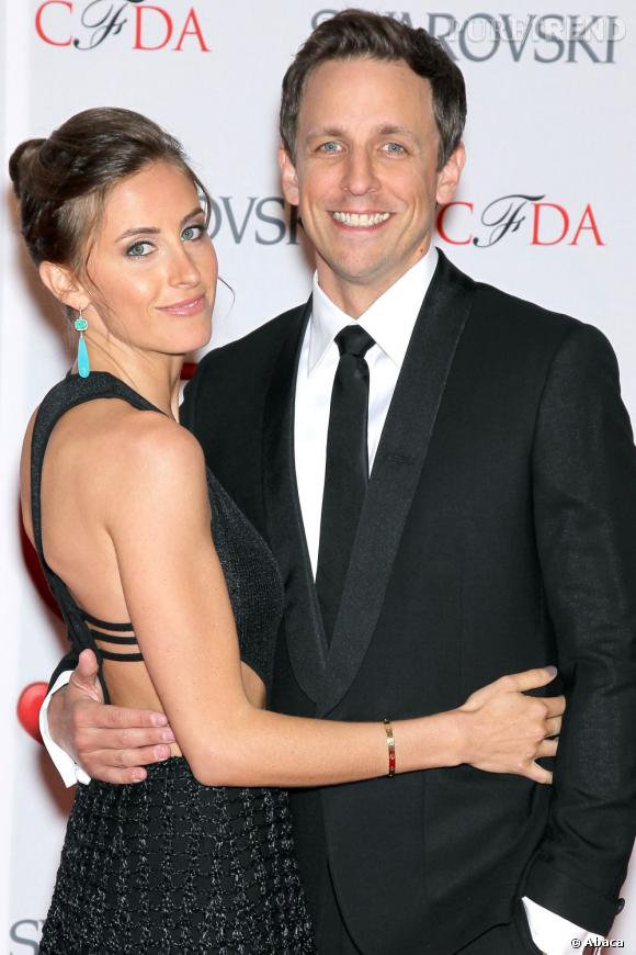 """Alexi Ashe et Seth Meyers, un acteur de """"Saturday Night Live"""", posent dans des tenues de soirées classiques"""