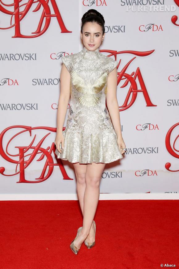 Lily Collins mise sur une robe courte  Marchesa  aux épaules graphiques