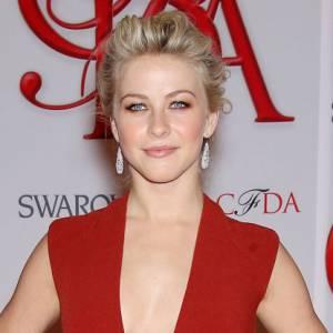Julianne Hough se fond avec le tapis rouge dans une robe bordeaux Kaufmanfranco au décolleté plongeant