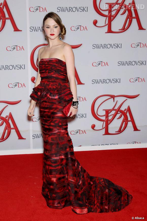 Devon Aki mise sur une robe fourreau à la taille péplum, en ton sur ton avec le tapis rouge