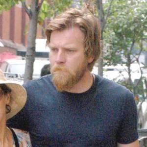 Le flop barbe : Ewan Mcgregor craque pour le look homme des cavernes. Exit Barbe Bleue, une nouvelle créature est née : Barbe Rousse !