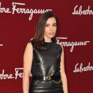 La jeune femme choisit de prendre la pose dans une petite robe noire en cuir qu'elle associe à une paire d'escarpins chic.