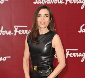 Elle soigne parfaitement son accessoirisation en coordonnant sa pochette à la ceinture qui marque joliment sa taille.