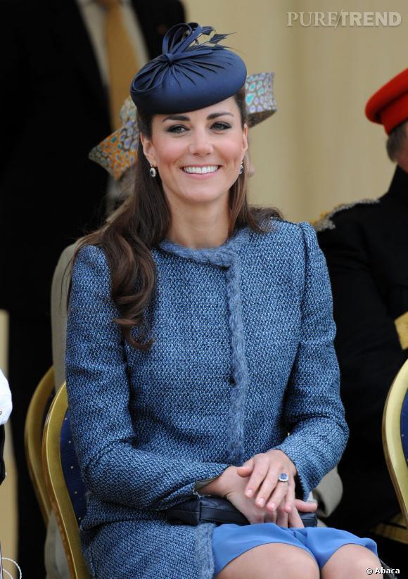 Bibi sur la tête, Kate Middleton fait mouche à Nottingham.