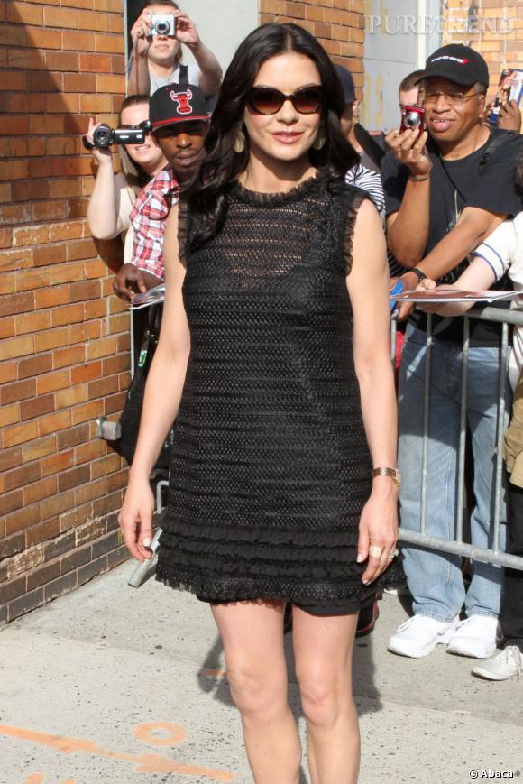 Catherine Zeta-Jones ose la minirobe transparente avec succès.