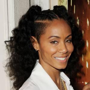 Jada Pinkett Smith tente tous les styles capillaires. Comme sa fille Willow Smith. Quand elle décide de laisser ses cheveux au naturel, elle les coiffe en deux queues hautes avec les côtés rasés bien sûr.