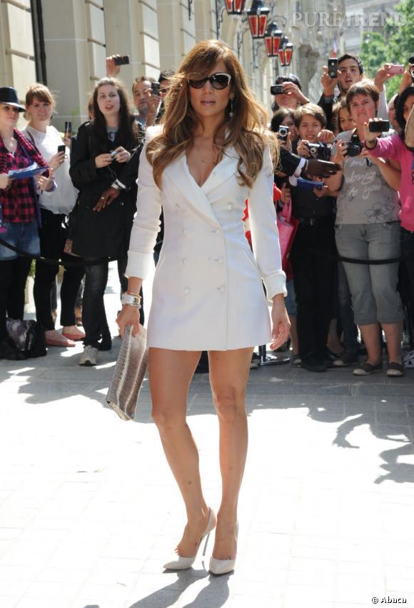 Jennifer Lopez très très sexy avec son blazer blanc qui lui sert de robe.