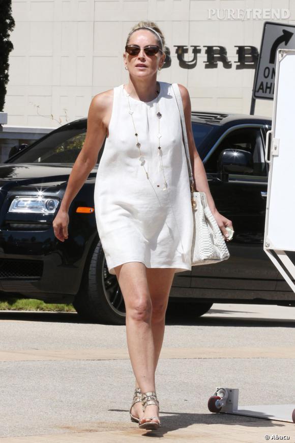 A 64 ans, l'actrice ose sans complexe la mini robe chasuble sans manches.