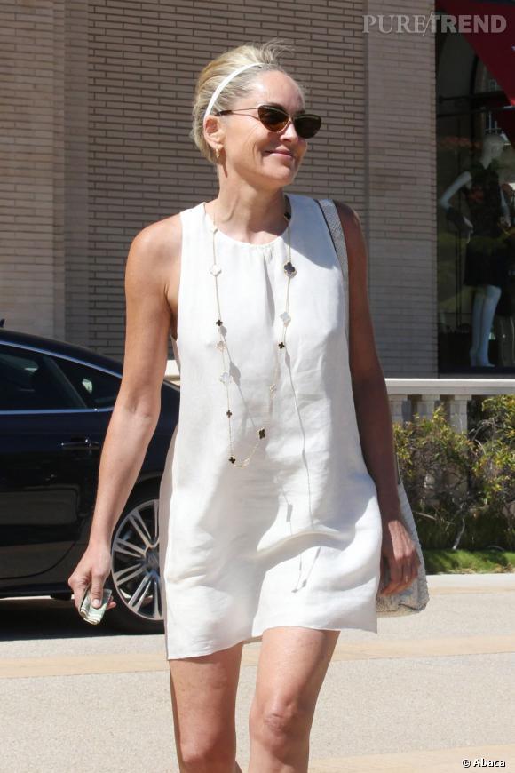 Sharon Stone, un look de jeunette dans les rues de Beverly Hills.