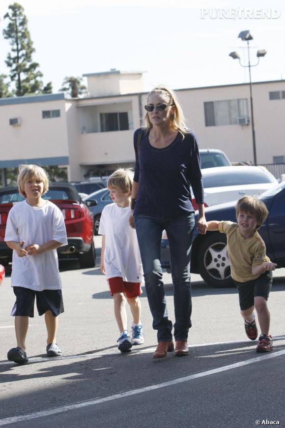 """Sharon Stone, mère de 3 enfants adoptés, adieu le sexy jeu de jambes de """"Basic Instinct""""."""