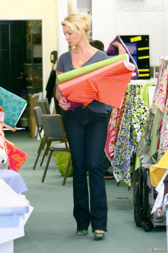 Katherine Heigl est un petit peu le cliché de la femme au foyer que l'on n'a pas envie d'être : look mémérisant et virées shopping chez le marchand de tissus.
