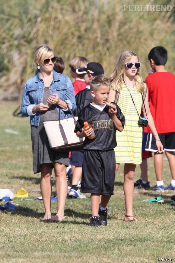 Reese Witherspoon, beaucoup moins présente sur les écrans, préfère assister au match de football de son fils et lui emmener son goûter. Une maman modèle !