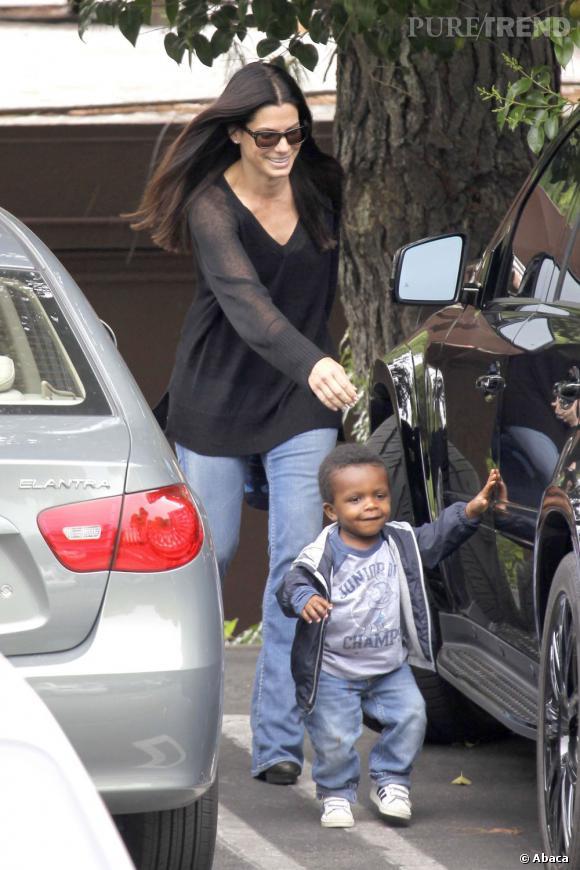 Sandra Bullock se fait mener par le bout du nez par son fils Louis, qu'elle bichonne comme un poupon.