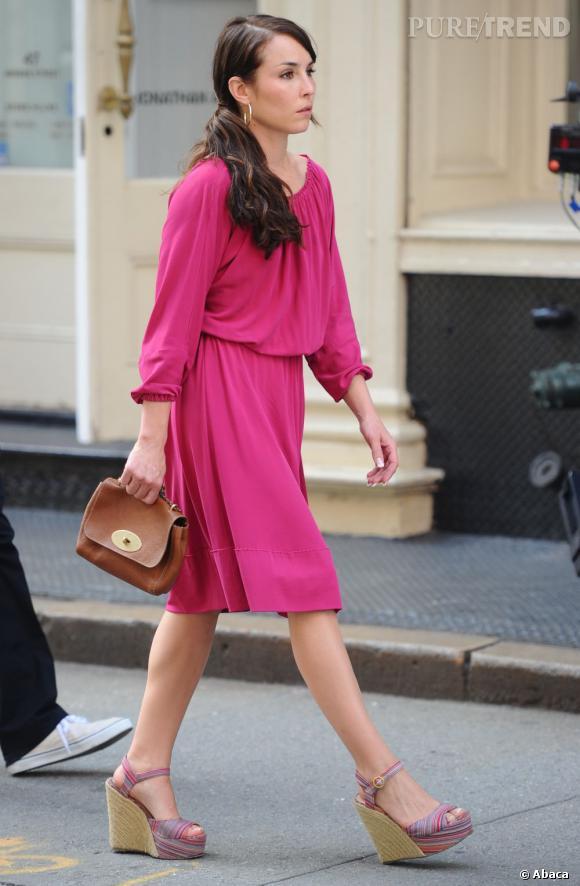 Pourtant c'est dans une jolie robe rose, très girly, que l'actrice apparait. Une façon d'amadouer sa cible, jouée par Colin Farrell ?
