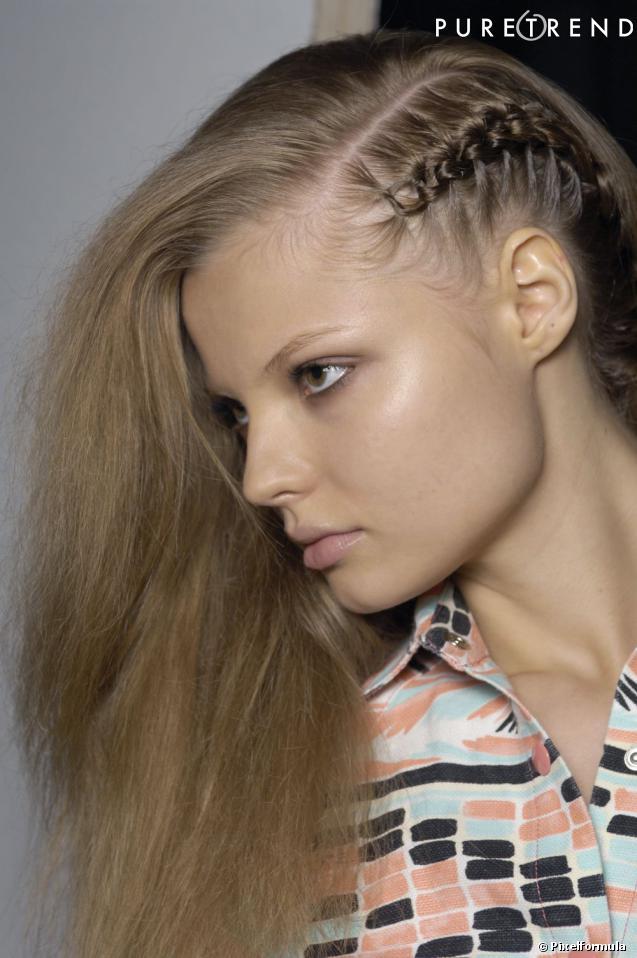 Прически на один бок на длинные волосы с косичкой