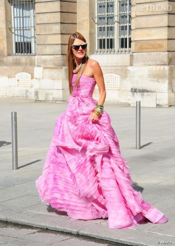 Anna Dello Russo se pare des bijoux et accessoires qu'elle a imaginés pour H&M.