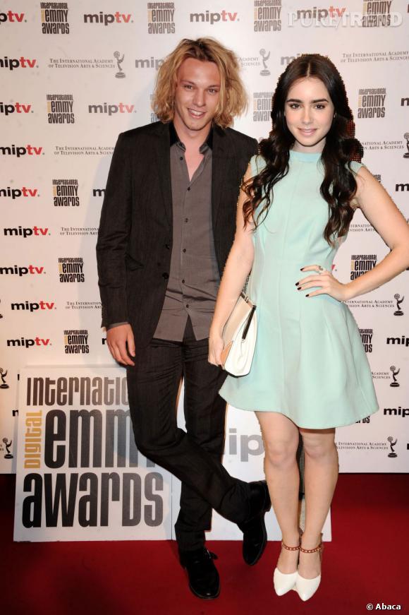 Une semaine après avoir rompu ses fiançailles avec Bonnie Wright, Jamie Campbell Bower s'affiche avec la fille de Phil Collins, Lily.