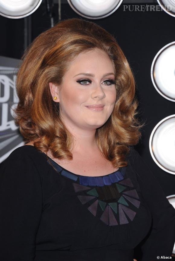 Adele oscille entre le châtain et le blond foncé...