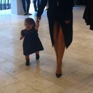 Harper fait ses premiers pas, maman Victoria Beckham est fière.