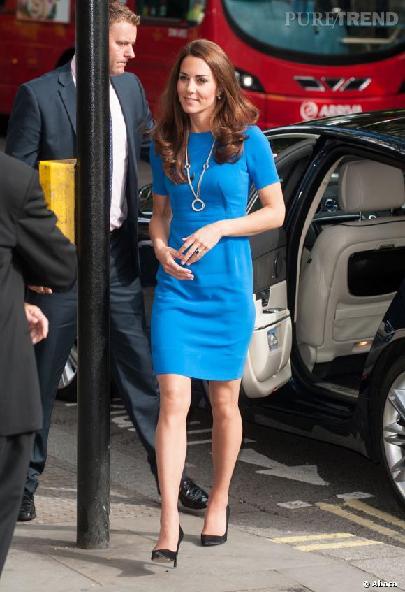 Kate Middleton, duchesse resplendissante en robe bleu néon devant la National Portrait Gallery de Londres, le 19 juillet 2012.