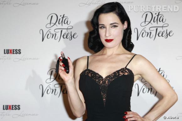 Dita Von Teese lors de la présentation de Femme Totale, son parfum sensuel.
