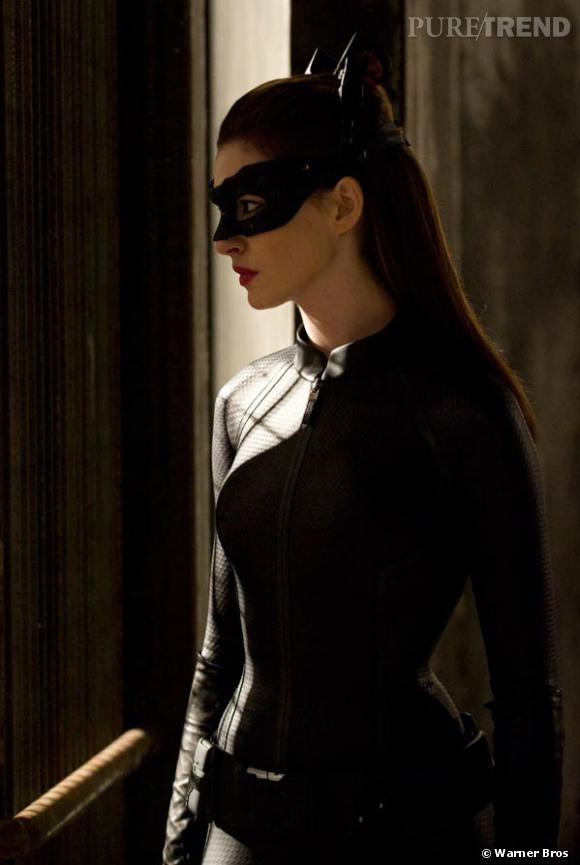 """Dans """"The Dark Knight Rises"""", Anne Hathaway joue le rôle de la très sexy Catwoman. Personne ne résiste à ses mignonnes oreilles de chat..."""