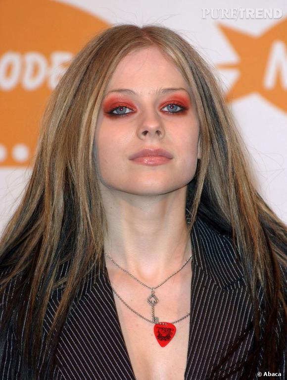 Avril Lavigne se tartine carrément le regard de ketchup.
