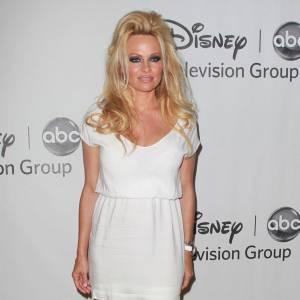 Sans parler de sa tenue beaucoup trop courte, c'est du côté du beauty look que Pamela Anderson fait erreur. Laisses donc la tour de Babel à Lana Del Rey Pammy.
