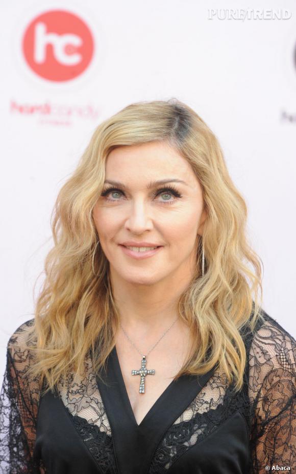 Madonna tente de se faire un regard de biche à l'aide d'épais faux cils.
