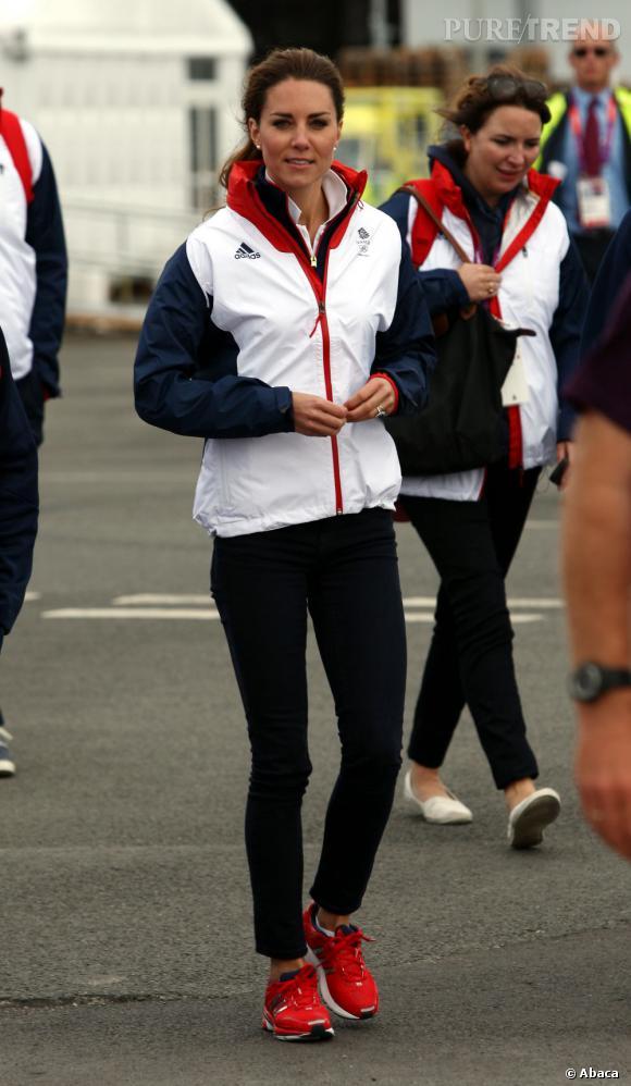 Kate Middleton joue les sportives en total-look Adidas.