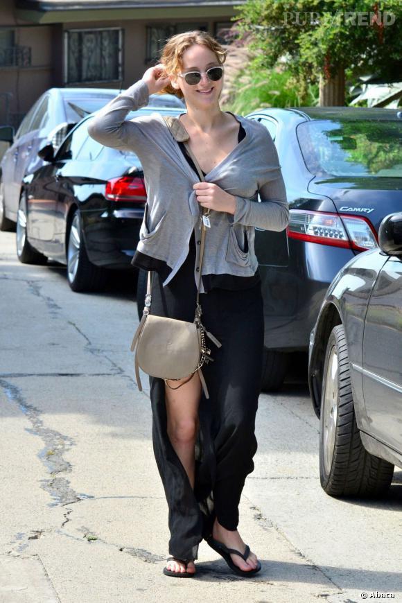 Jennifer Lawrence accessoirise sa tenue d'un it-bag signé Jimmy Choo.
