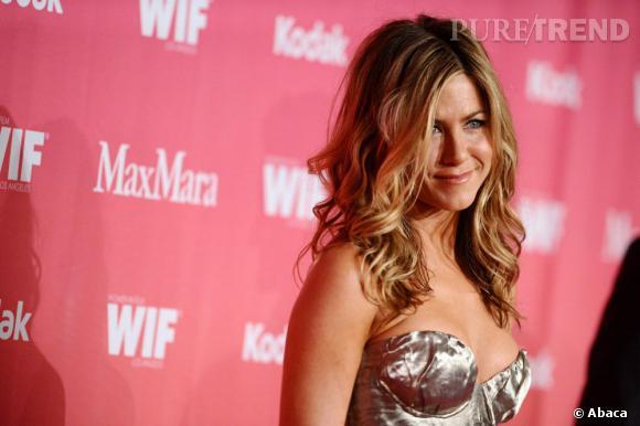 Crinière blonde, balayage californien, make-up nude et peau dorée : encore un sans-faute pour Jennifer Aniston.