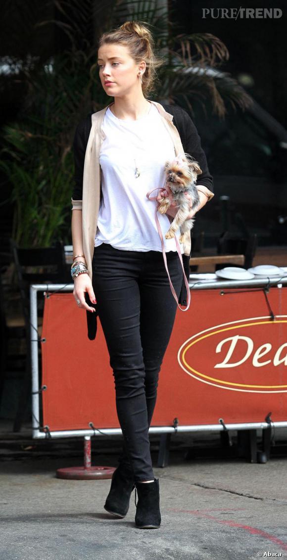 Amber Heard et son petit chien, qui était teint en rose tout l'été.