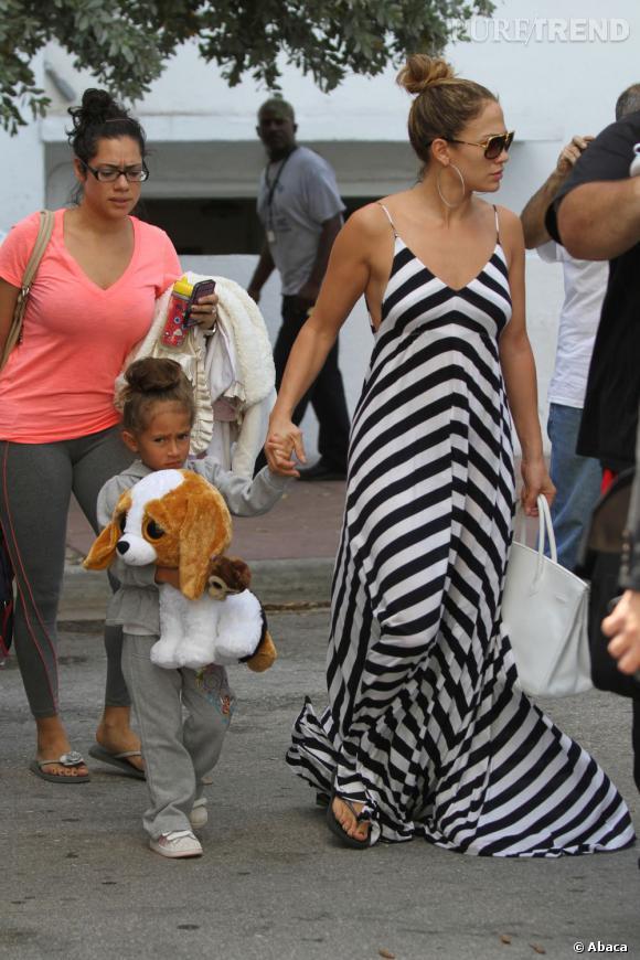 Jennifer Lopez arbore une maxi-dress à rayures qu'elle avait déjà portée en 2009.