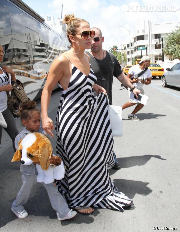 """La touche glam de J.Lo ? Un """"Birkin"""" d'Hermès et une paire de créoles."""