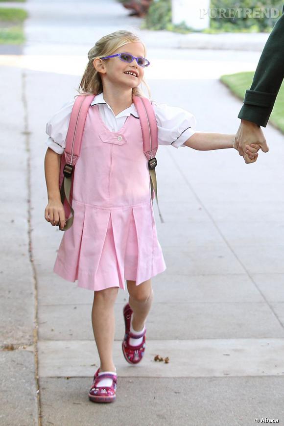 Violet, la fille de Jennifer Garner et Ben Affleck est ravie de retourner à l'école... En total look rose en plus !