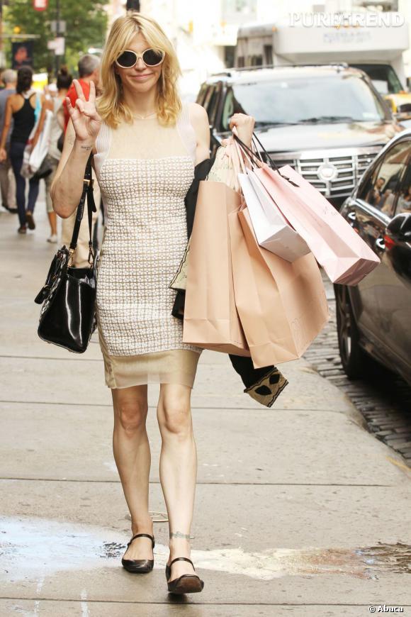 Teint pâle, robe beige, lunettes de soleil beiges et paquets coordonnés : Courtney Love s'efface avec ce ton sur ton.