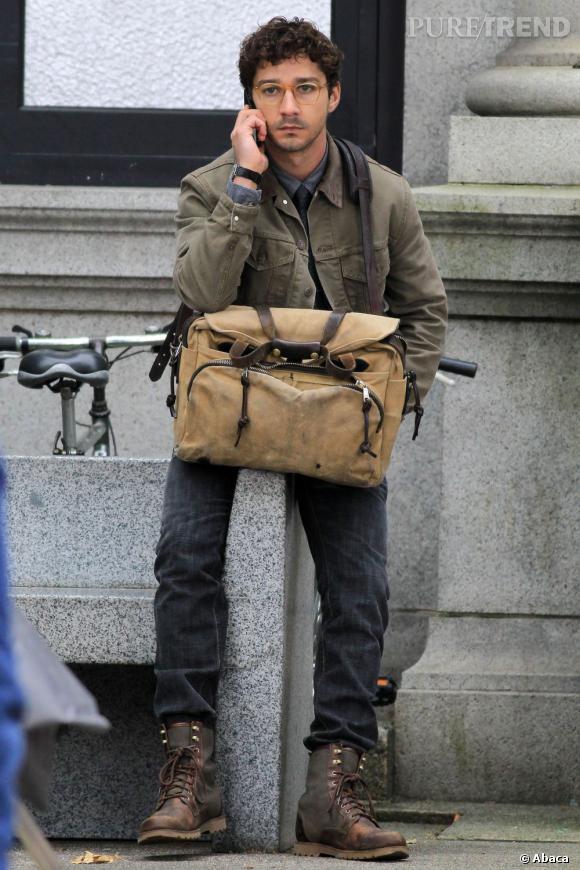 """Le pire look de tournage de Shia Labeouf :  Dans """"The Company You Keep"""", l'acteur joue un reporter prêt à tout pour révéler une histoire. Mais les godillots, le sac d'un surplus militaire et les lunettes ne réussissent pas à l'acteur..."""