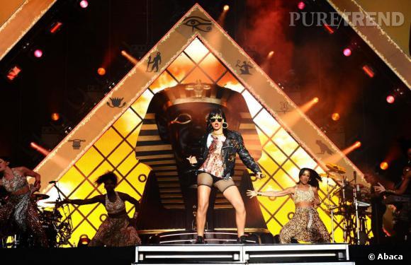 Sa tocade égyptienne, elle l'affiche jusque sur scène.
