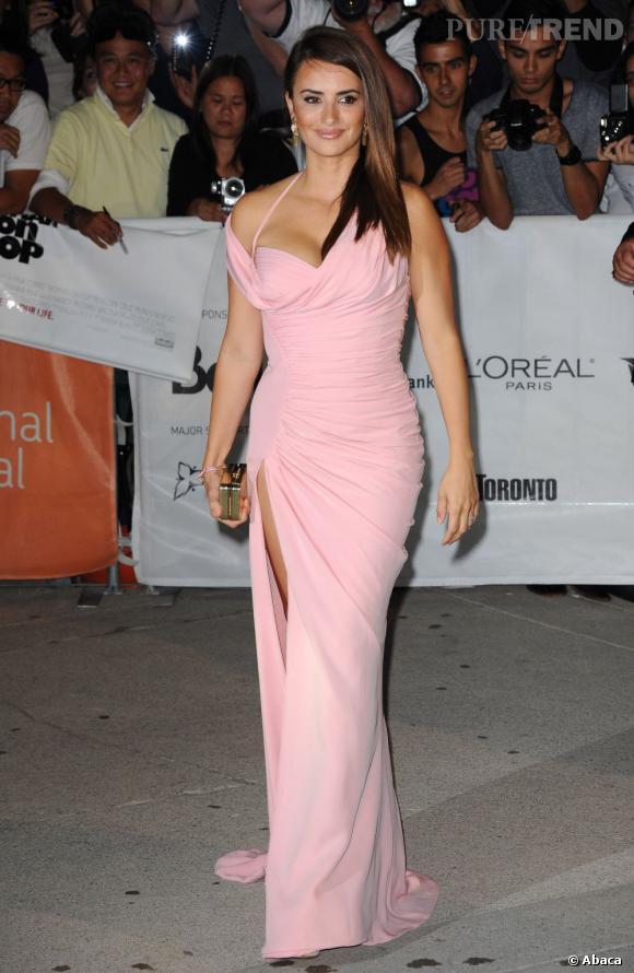 Penelope Cruz, moulée dans une robe rose bonbon fait sensation.