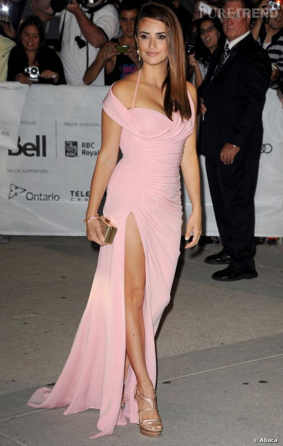 Penelope Cruz à Toronto, un jeu de jambes à la Angelina Jolie !