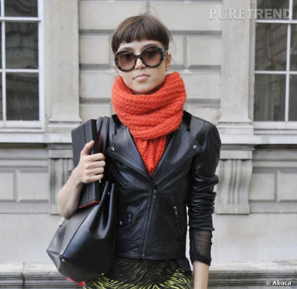 Les street styles beauté de la Fashion Week de Londres     Les lunettes de soleil   sont toujours d'actualité à Londres. Rondes et XXL, elles habillent (ou mangent) le visage. Autre fantaisie, capillaire celle-là : la frange droite.