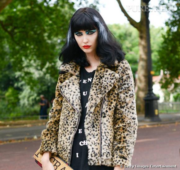 Les street styles beauté de la Fashion Week de    Londres    Dans un tout autre genre, la mannequin Amanda Hendrick incarne le Londres exubérant. Oeil de biche fardé de bleu turquoise, bouche rouge carmin, sourcils dessinés au crayon, mèches blanches dans une chevelure noire corbeau, un style rétro/vamp décalé.