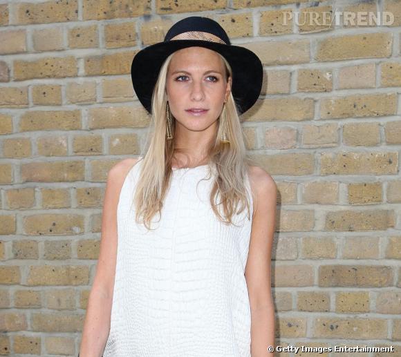 Les street styles beauté de la Fashion Week de Londres En bonne socialite, Poppy Delevingne est allé assister aux défilés londoniens. Coup de chapeau pour cette apparition estivale. Chevelure blonde comme patinée par le soleil, make-up léger et bonne mine, elle fait une belle rentrée.