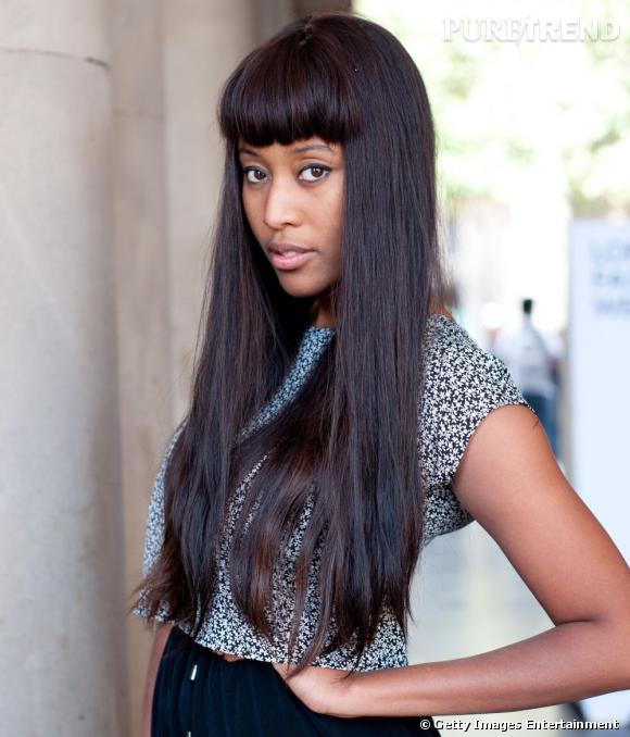 Les street styles beauté de la Fashion Week de    Londres   V.V. Brown, c'est une frange et des cheveux longs parfaitement lissés. Une vraie marque de fabrique qu'on retrouve à la Fashion Week de Londres. Côté make-up, la chanteuse se contente d'un trait de khôl.