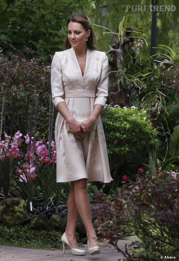 Pour cette robe Jenny Packham rose pâle décorée d'orchidées, il faudra compter 1295$.